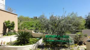 Вид на бассейн в Apartments Mariot или окрестностях
