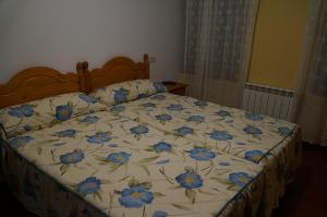 A bed or beds in a room at Hostal Camino Real