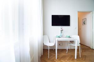 TV a/nebo společenská místnost v ubytování Central Apartments With Terrace