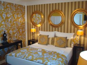 A bed or beds in a room at Hotel Sir & Lady Astor