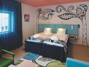 Säng eller sängar i ett rum på Kosta Boda Art Hotel