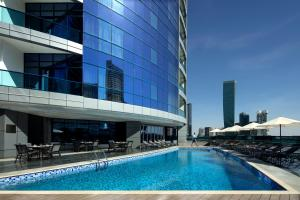 The swimming pool at or close to Radisson Blu Hotel, Dubai Waterfront