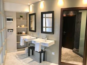 A bathroom at Hotel Nature Oviedo