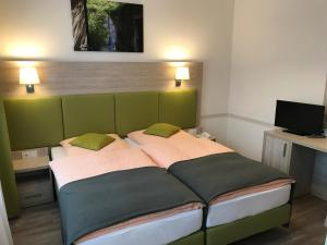 Ein Bett oder Betten in einem Zimmer der Unterkunft Hotel Hinz