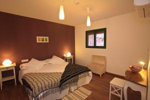 A bed or beds in a room at Antiga Estació de Benifallet