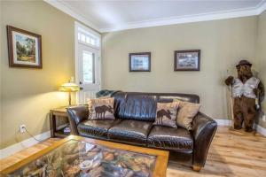 A seating area at Into The Woods Three-Bedroom Home