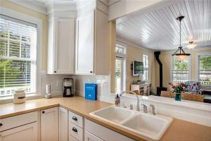A kitchen or kitchenette at Cooking up Memories Three-Bedroom Home