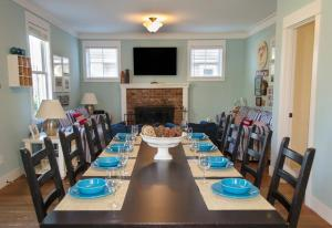 A restaurant or other place to eat at Ocean Smores Three-Bedroom Home