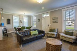 A seating area at Port of Calm Three-Bedroom Home