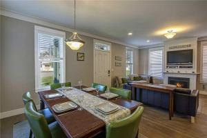 A restaurant or other place to eat at Port of Calm Three-Bedroom Home