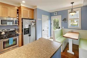 A kitchen or kitchenette at Ruff Seas Two-Bedroom Home