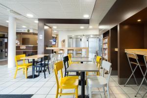 A restaurant or other place to eat at B&B Hôtel Paris Porte de la Villette