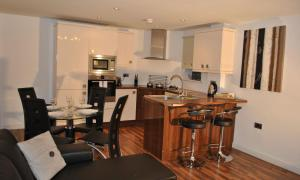A kitchen or kitchenette at Dreamhouse Apartments Manchester City West