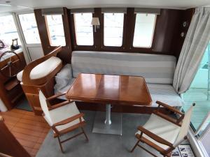Coin salon dans l'établissement Yacht Escapade II nuits à quai