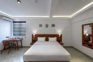 A bed or beds in a room at Fern Colombo