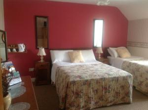 A bed or beds in a room at Green Lane House B&B