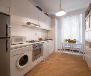 A kitchen or kitchenette at Santa Felicita Apartments