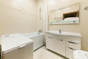 Ванная комната в Apartments Kvartirkino