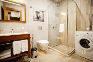 A bathroom at Ameri Apartments
