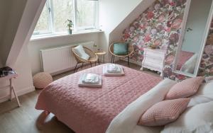 A bed or beds in a room at Hotel - Restaurant De 4 Jaargetijden