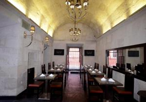 A restaurant or other place to eat at qp Hotels Arequipa