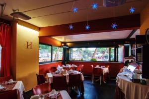 A restaurant or other place to eat at Hotel Savoia