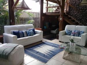 A seating area at Casa de Vidro na Praia
