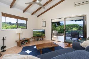 A seating area at Hillcrest Mountain View Retreat