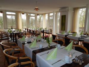 Ein Restaurant oder anderes Speiselokal in der Unterkunft Ellernhof