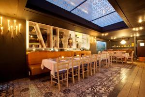 A restaurant or other place to eat at La Splendida Hotel