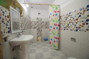 A bathroom at Lhachik Guest House