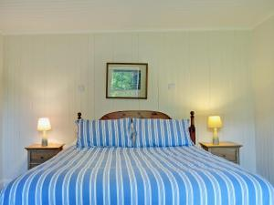 A bed or beds in a room at Ashburn Cottage