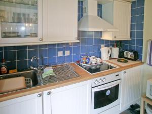 A kitchen or kitchenette at Secret Cottage