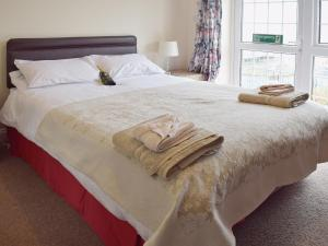 A bed or beds in a room at Dune Cottage
