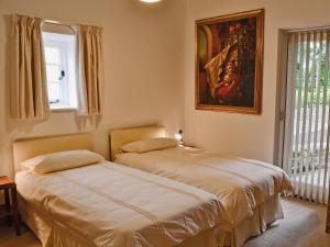 A bed or beds in a room at Ammonite Cottage