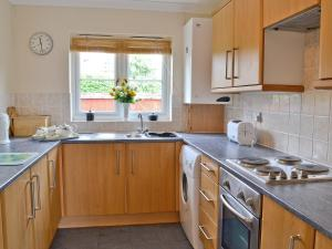 A kitchen or kitchenette at Fairy Cottage