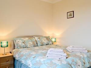A bed or beds in a room at Taigh Chirsty