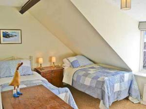 A bed or beds in a room at Clipper Cottage