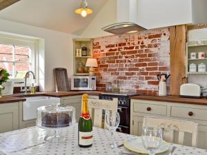 A kitchen or kitchenette at Kennelmans Cottage