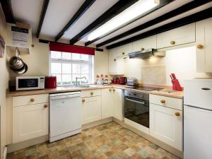 A kitchen or kitchenette at Barmstone Cottage