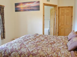A bed or beds in a room at 5 Pengraig Draw