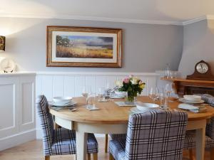 A restaurant or other place to eat at Baytree Cottage
