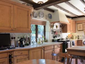 A kitchen or kitchenette at Lavender Cottage