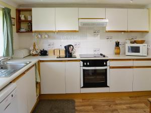 A kitchen or kitchenette at Mill End Farm Cott.