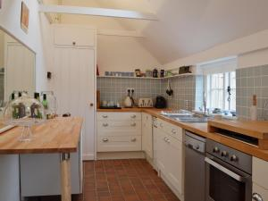 A kitchen or kitchenette at Baytree Cottage
