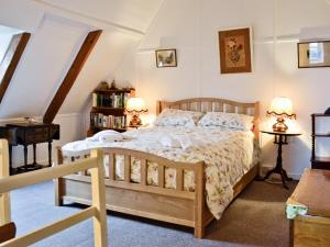 A bed or beds in a room at Old Dolphin Cottage