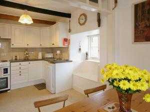 A kitchen or kitchenette at Old Dolphin Cottage
