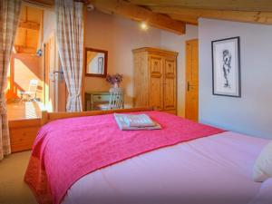 A bed or beds in a room at Chalet L'Ours Blanc - OVO Network