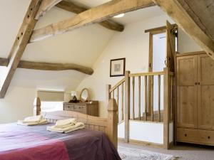 A bed or beds in a room at The Old Stables V