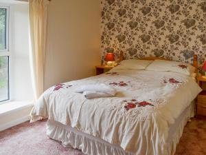 A bed or beds in a room at East Goldworthy Cottage